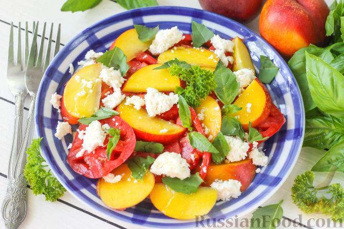 Салат из персиков, помидоров и мягкого сыра, с базиликом