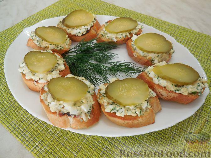 Закусочные бутерброды с  яйцами и солёными огурцами