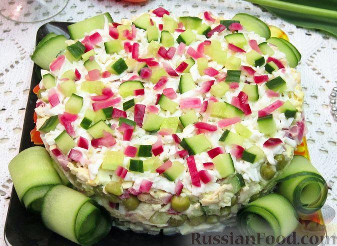 Салат с курицей, огурцами и маринованным луком