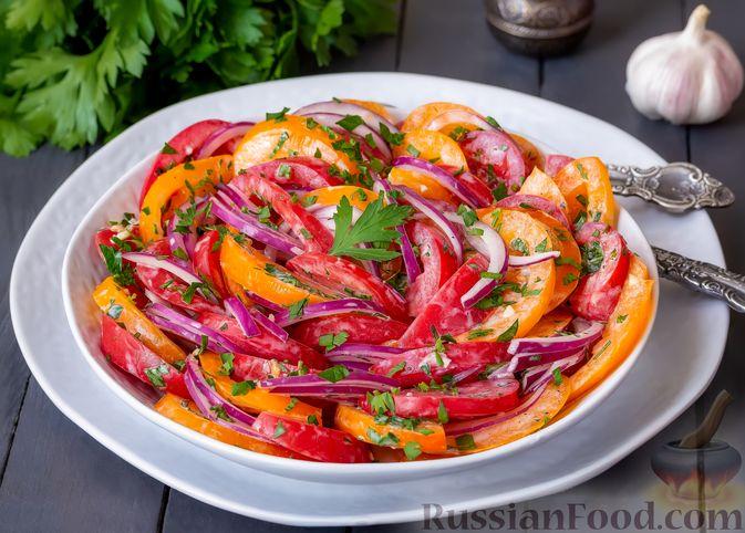 Салат из помидоров с красным луком и йогуртом