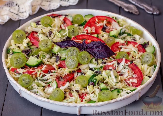 Капустный салат с крыжовником, помидором и огурцом