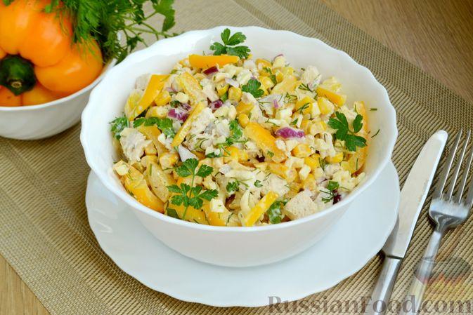 Салат с курицей, болгарским перцем, кукурузой и сыром сулугуни