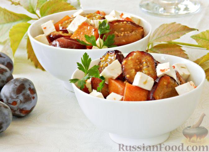 Теплый салат из тыквы, слив и сыра
