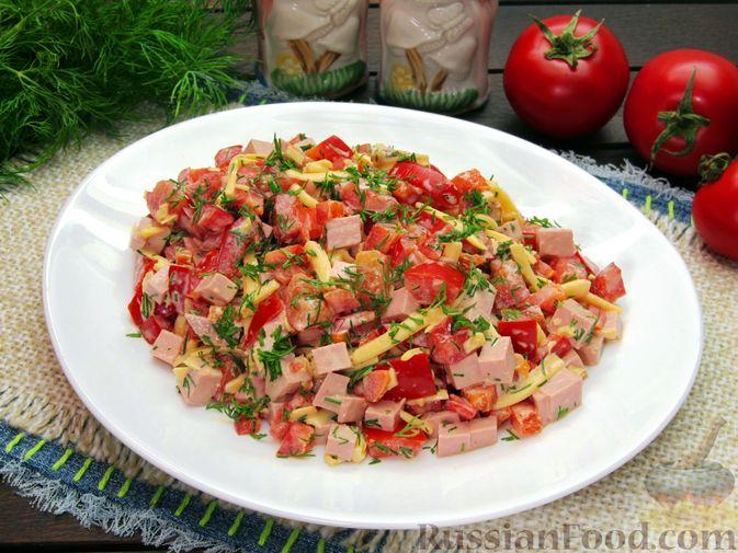 Салат с колбасой, помидорами, болгарским перцем и сыром