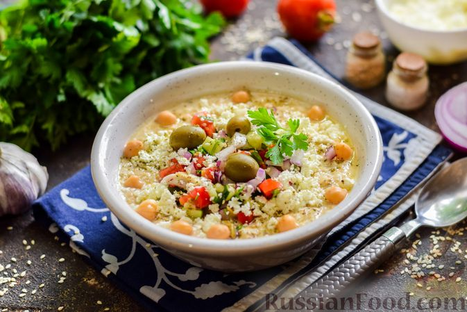 Холодный суп-пюре из нута с овощами, оливками, кунжутной пастой и фетой