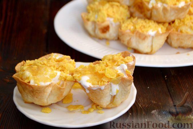 Тарталетки из лаваша с мороженым, кукурузными хлопьями и мёдом