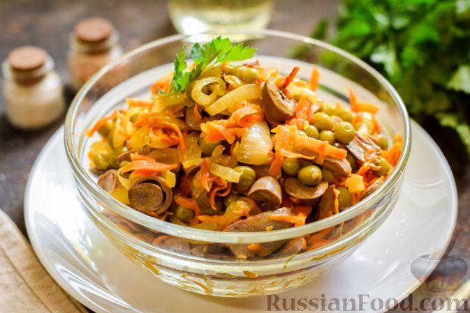Салат с куриными сердечками, морковью и консервированным зелёным горошком