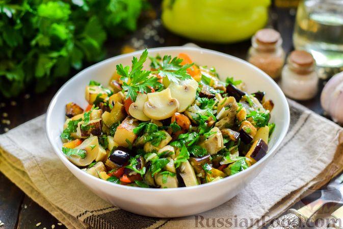 Салат с жареными баклажанами, сладким перцем и маринованными шампиньонами