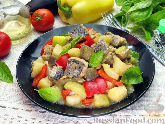 Рыба, тушенная с картошкой, баклажанами и кабачками
