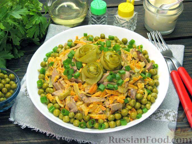 """Салат """"Обжорка"""" с куриной печенью и консервированным горошком"""