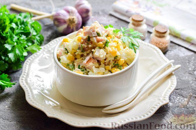 Салат с цветной капустой, копченой курицей, кукурузой и сыром