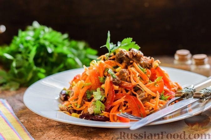 Мясной салат с консервированной фасолью, кукурузой, сладким перцем и морковью по-корейски