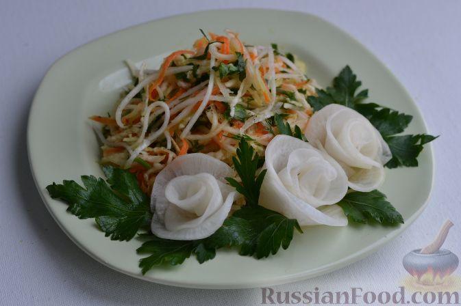 Салат из зеленой редьки, с морковью и редькой дайкон