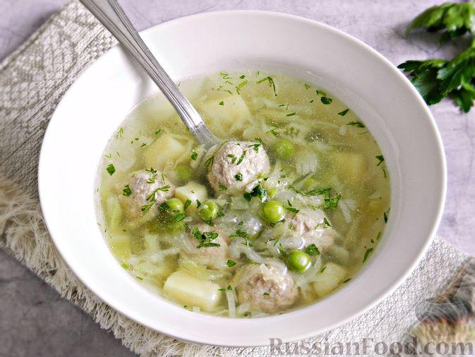 Суп с фрикадельками, капустой и зелёным горошком