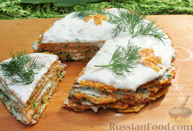 Закусочный тыквенный торт с соусом из майонеза, чеснока и укропа