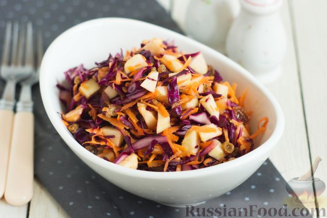 Салат из краснокочанной капусты с морковью, яблоком и изюмом