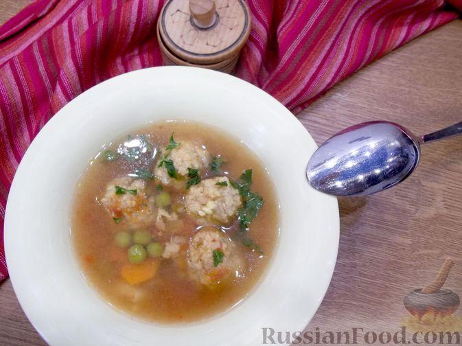 Суп с рыбными фрикадельками, зелёным горошком и помидором