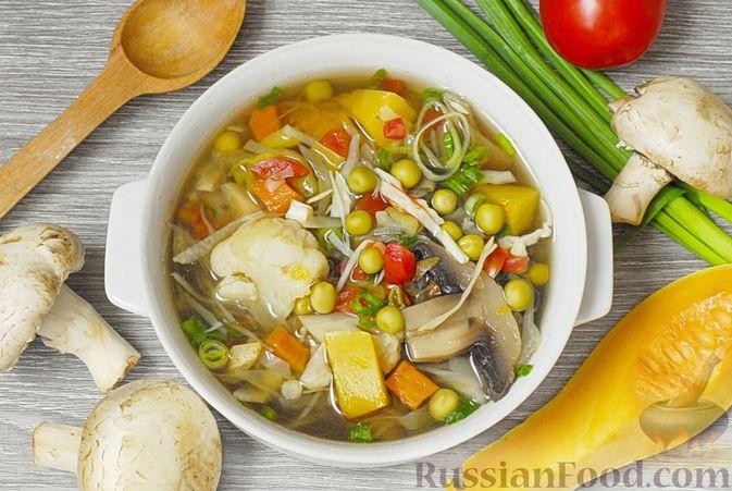 Овощной суп с цветной капустой, тыквой, зелёным горошком и грибами
