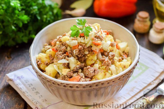 Салат с мясным фаршем, картофелем, болгарским перцем и яйцами