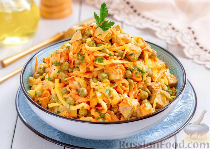 Мясной салат с морковью, зелёным горошком и маринованным луком