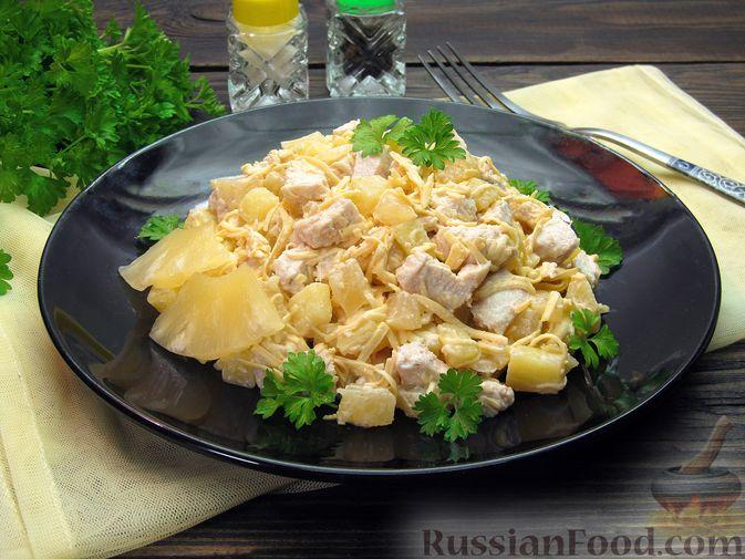 Салат с курицей, картофелем, ананасами и сыром