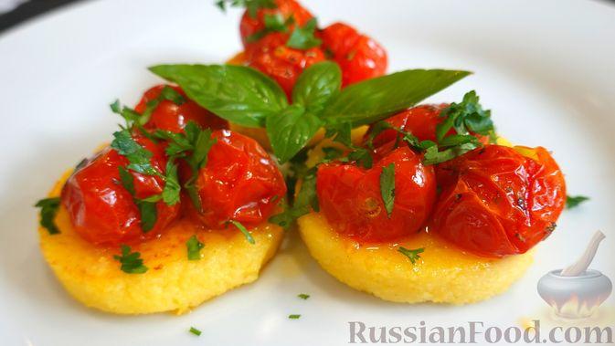 Полента с сыром, помидорами черри и зеленью