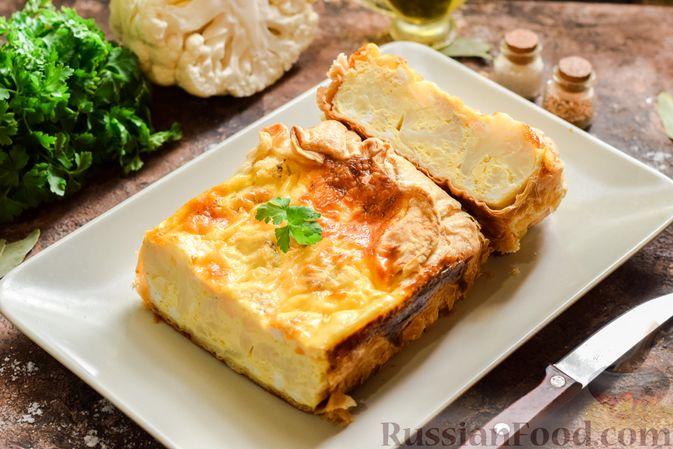 Пирог из слоёного теста с цветной капустой в яично-сырной заливке