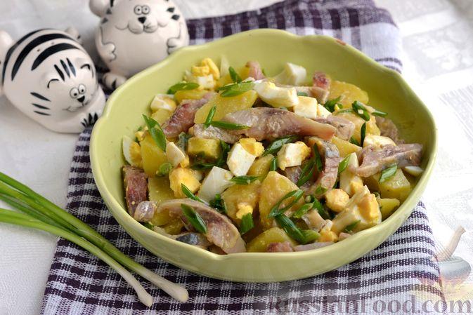 Салат с картофелем, сельдью, яйцами и горчичной заправкой