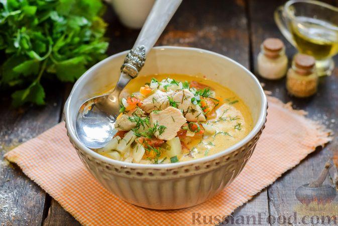 Куриный суп с корнем сельдерея, помидорами и сметаной