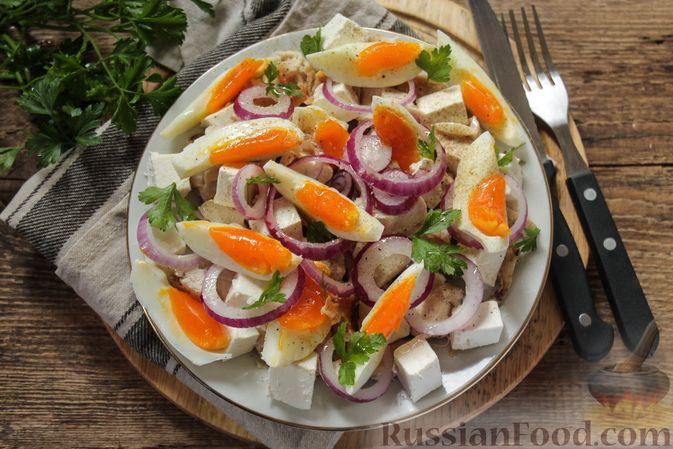 Салат с курицей, фетой, красным луком и яйцами