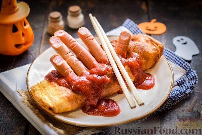 Омлет на Хэллоуин «Окровавленная рука» (с сосисками, рисом и кетчупом)