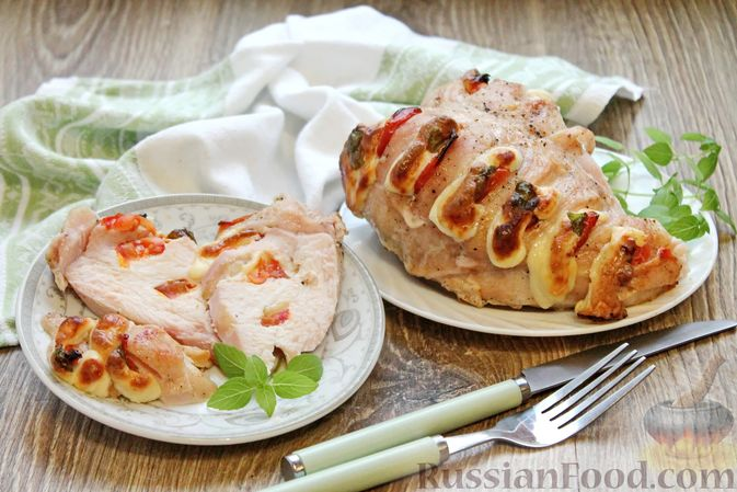 """Запечённая куриная грудка """"Капрезе"""" с помидорами, сыром и базиликом"""