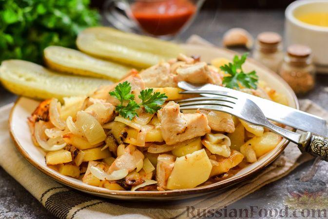 Жареная картошка с курицей и луком