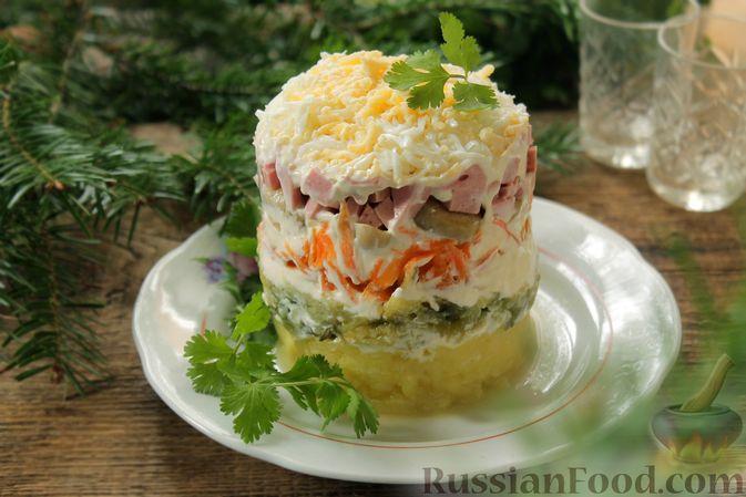 Слоёный салат с колбасой, картофелем, морковью, солёными огурцами и грибами