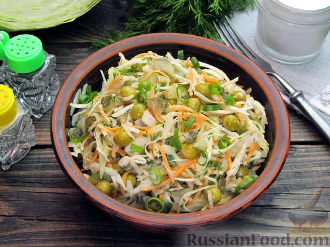 Салат с капустой, морковью, маринованными огурцами и зелёным горошком