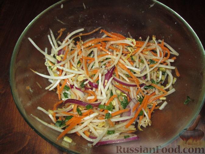 Салат с дайконом и ростками сои