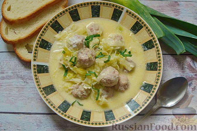 Сырный суп с мясными фрикадельками, капустой и сметаной