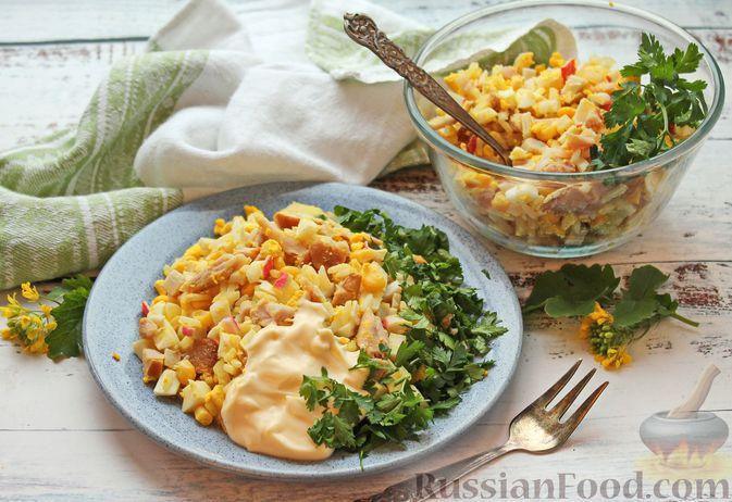 Салат с крабовыми палочками, копчёной курицей, рисом и кукурузой