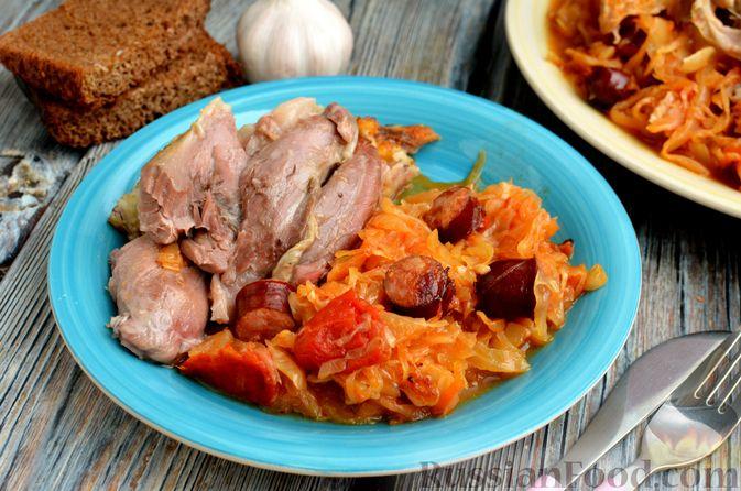 Свиная рулька, запечённая с кислой и свежей капустой и копчёными колбасками