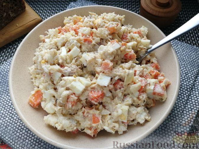 Салат с копчёной скумбрией, рисом, морковью и яйцами