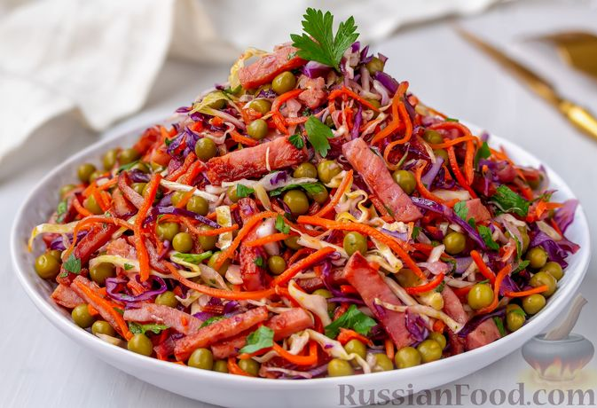 Салат из двух видов капусты, с ветчиной, морковью по-корейски и зелёным горошком