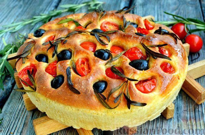 Фокачча с помидорами черри, розмарином и маслинами