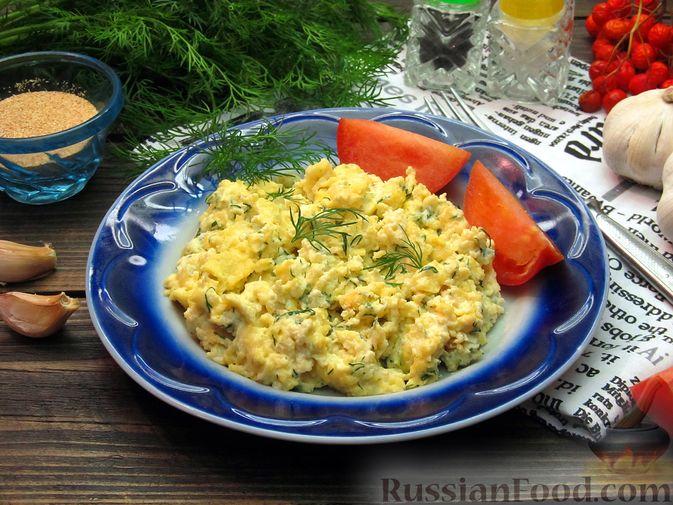 Яичница-болтунья со сливочным сыром, укропом и чесноком