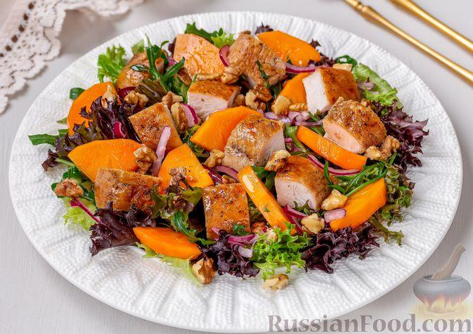 Салат с курицей, хурмой, луком и грецкими орехами