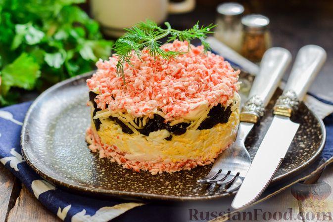 Слоёный салат с крабовыми палочками, черносливом и сыром