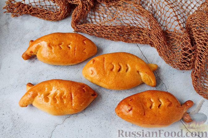 Дрожжевые пирожки с рыбой, варёными яйцами и зелёным луком