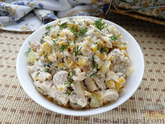 Салат с маринованными шампиньонами, кукурузой и сыром