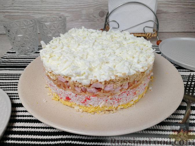 Слоёный салат с крабовыми палочками, ветчиной, плавленым сыром и яблоком