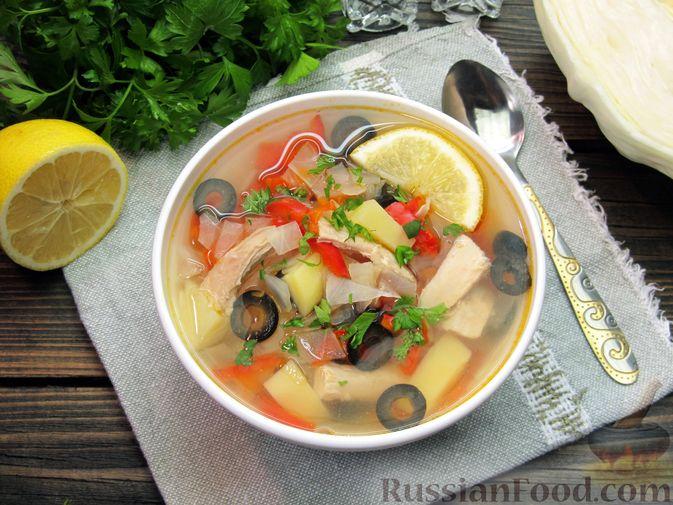 Куриный суп с капустой, сладким перцем и маслинами