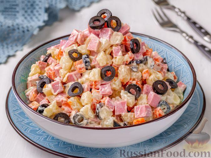 Салат с колбасой, картофелем, морковью и маслинами